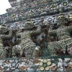 Tempel gemaakt van serviesgoed in Bangkok