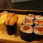 Sushi op de vismarkt v.l.n.r. Omelet, Uni (zeeegel) en tonijn