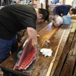 Een stukje tonijn snijden